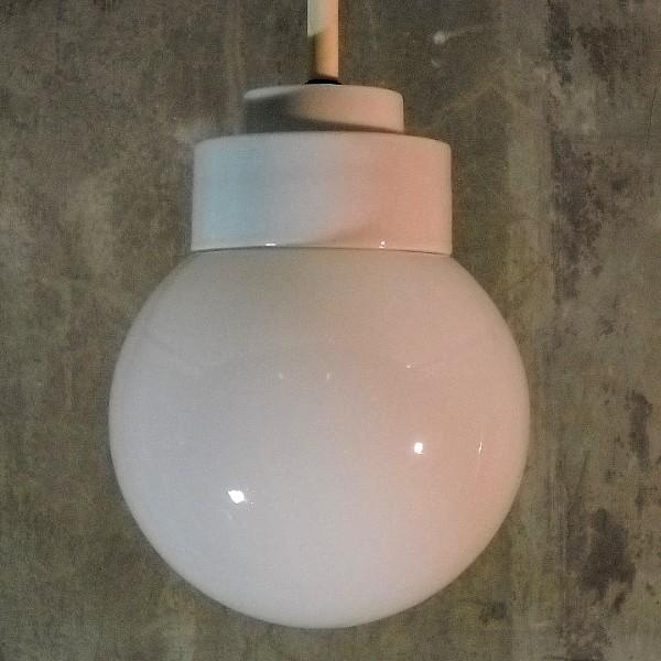 Art Deco. Deckenlampe aus Porzellan mit Glaskugel. 1930 - 1940.