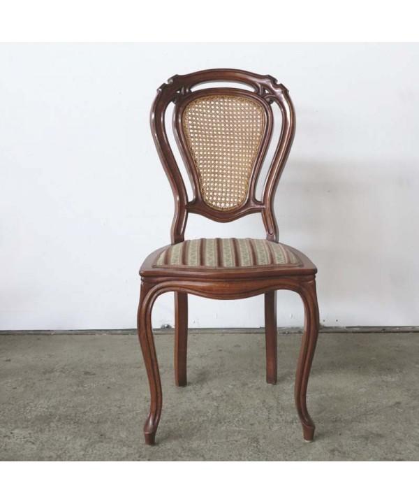 Antigua silla de madera con respaldo de ratán. 1880 - 1900